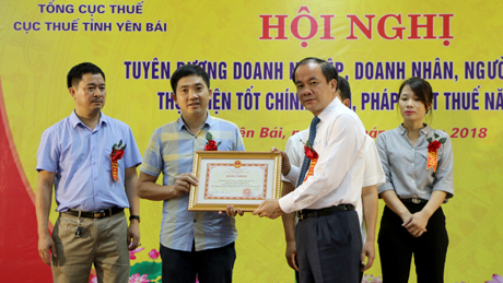 Phó Chủ tịch Thường trực UBND tỉnh Tạ Văn Long tặng bằng khen của UBND tỉnh cho 4 doanh nghiệp và 1 hộ kinh doanh thực hiện tốt nghĩa vụ thuế với Nhà nước năm 2017.