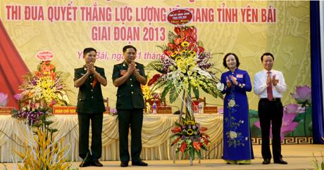 Bí thư Tỉnh ủy, Chủ tịch HĐND tỉnh Phạm Thị Thanh Trà tặng hoa chúc mừng Đại hội.