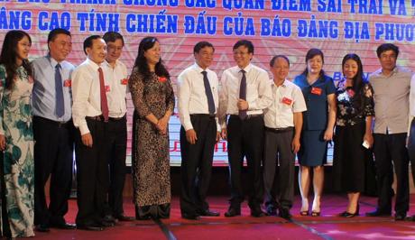 Đồng chí Hồ Quang Lợi - Phó Chủ tịch Thường trực Hội Nhà báo Việt Nam và Nguyễn Hữu Quất - Phó Bí thư Thường trực Tỉnh ủy Bắc Ninh trao đổi với lãnh đạo các cơ quan báo chí bên lề Hội thảo.