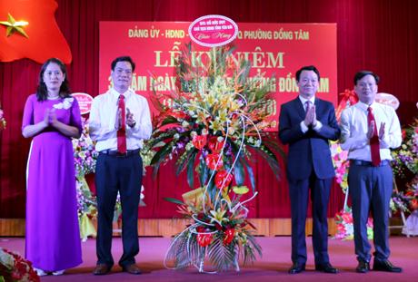Phó Bí thư Tỉnh ủy, Chủ tịch UBND tỉnh Đỗ Đức Duy tặng hoa chúc mừng Đảng bộ và nhân dân các dân tộc phường Đồng Tâm nhân dịp kỷ niệm 30 năm Ngày thành lập.