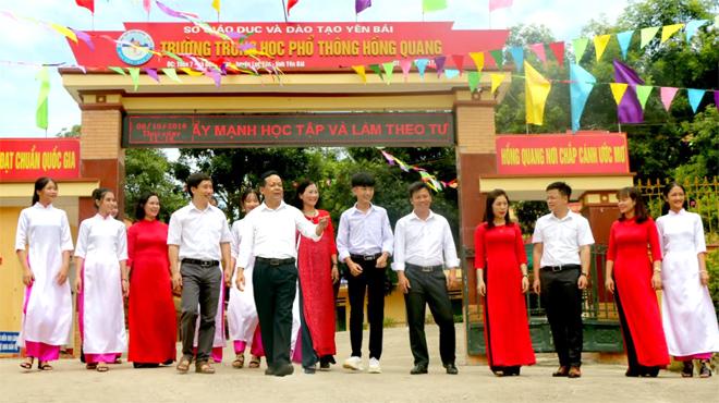 Thầy trò Trường THPT Hồng Quang, huyện Lục Yên trong ngày hội trường. Ảnh Thanh Chi