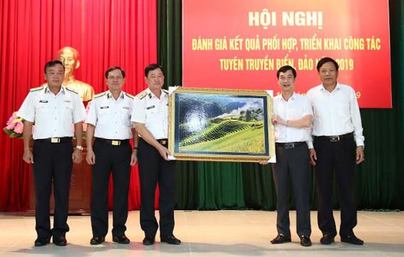 Thay mặt lãnh đạo tỉnh Yên Bái, đồng chí Nguyễn Minh Tuấn - Ủy viên Ban Thường vụ Tỉnh ủy, Trưởng ban Tuyên giáo Tỉnh ủy Yên Bái tặng tranh lưu niệm Cục Chính trị - Quân chủng Hải quân.
