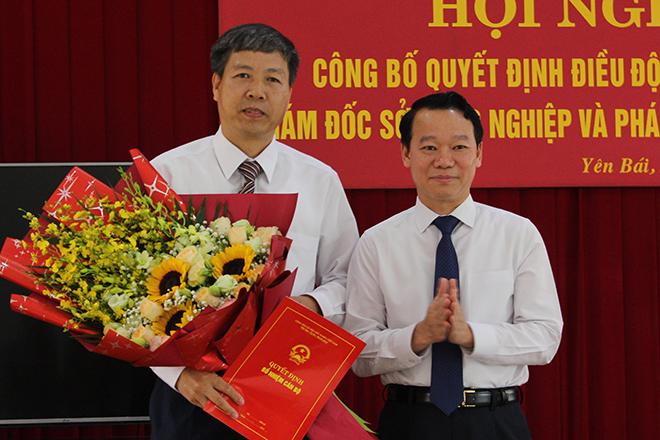 Chủ tịch UBND tỉnh Đỗ Đức Duy trao quyết định và tặng hoa chúc mừng tân Giám đốc Sở NN và PTNT Đinh Đăng Luận.