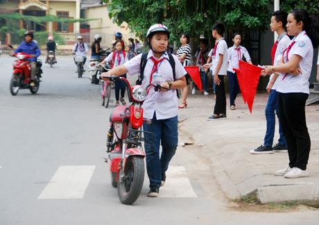 Học sinh Trường THCS Quang Trung thực hiện nghiêm luật an giao thông