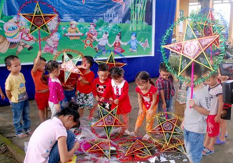 Trẻ em phường Trạng háo hức với đèn trung thu.