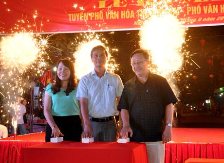 Các đồng chí lãnh đạo tỉnh và lãnh đạo thị xã Nghĩa Lộ ấn nút khai trương và cắt băng khánh thành ra mắt hai tuyến phố văn hóa thương mại và tuyến phố ẩm thực.
