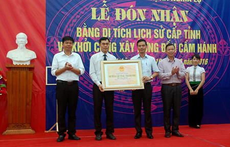 Phó Chủ tịch UBND tỉnh Dương Văn Tiến trao bằng xếp hạng Di tích cấp tỉnh đền Cầm Hánh cho thị xã Nghĩa Lộ.