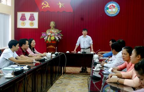 Đồng chí Đặng Quang Khánh - Phó Giám đốc Sở Giáo dục-Đào tạo, Hiệu trưởng Trường CĐSP Yên Bái thông tin tình hình học tập, sinh hoạt của các lưu học sinh Lào đã và đang học tập tại nhà trường.