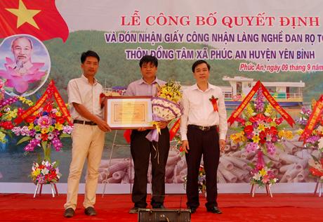 Thôn Đồng Tâm, xã Phúc An đón nhận giấy công nhận Làng nghề đan rọ tôm.