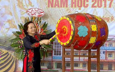 Đồng chí Bí thư Tỉnh uỷ Phạm Thị Thanh Trà đánh những hồi trống đầu tiên  khai giảng năm học mới.