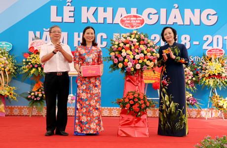 Đồng chí Bí thư Tỉnh ủy Phạm Thị Thanh Trà tặng hoa chúc mừng thầy và trò Trường THCS Quang Trung nhân dịp đón năm học mới.