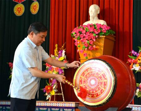 Đồng chí Dương Văn Thống đánh trống chào mừng năm học mới.