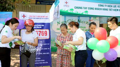 Công nhân Công ty Điện lực Yên Bái tuyên truyền tới người dân cách sử dụng điện an toàn, tiết kiệm.