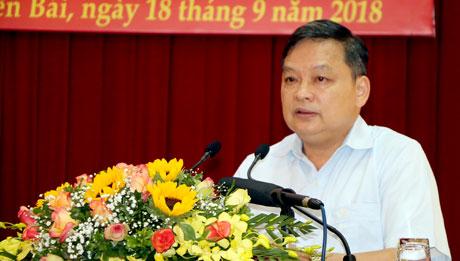 Đồng chí Dương Văn Thống - Phó Bí thư Thường trực Tỉnh ủy, Trưởng đoàn Đại biểu Quốc hội tỉnh phát biểu khai mạc và đề dẫn Hội thảo.