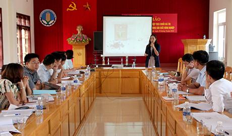 Đại diện Viện Nghiên cứu và Phát triển ngành nghề nông thôn Việt Nam giới thiệu những sản phẩm nông nghiệp được chế biến theo chuỗi giá trị.