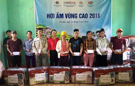 Lãnh đạo Hội Chữ thập đỏ tỉnh tặng quà các hộ nghèo tại xã Sơn Lương, huyện Văn Chấn.