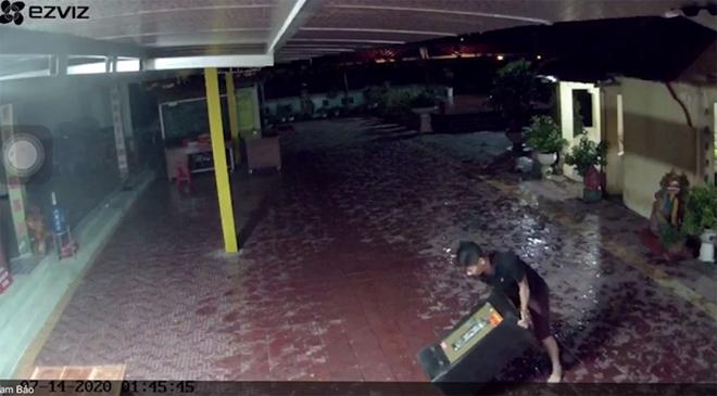 Hình ảnh trích xuất từ camera ghi lại cảnh các đối tượng thực hiện hành vi trộm cắp tại chùa Linh Long (chùa Bách Lẫm), tổ 1, phường Yên Ninh, thành phố Yên Bái ngày 14/7/2020