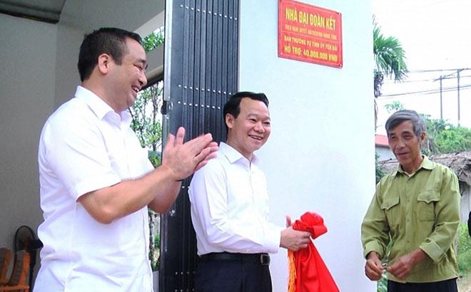 Đồng chí Đỗ Đức Duy và lãnh đạo huyện Yên Bình trao nhà cho bệnh binh Nguyễn Văn Định.