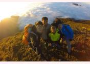 Du khách chụp ảnh lưu niệm bên biển mây Tà Chì Nhù.