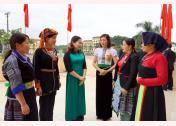 Đồng chí Vũ Thị Hiền Hạnh - Chủ tịch Hội Liên hiệp Phụ nữ  tỉnh (thứ ba bên trái) trao đổi với cán bộ Hội vùng cao về công tác phát triển Đảng trong hội viên.