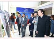 Ủy viên Trung ương Đảng, Tổng giám đốc TTXVN Nguyễn Đức Lợi và các đại biểu tham quan ảnh triển lãm tại Lễ trao giải.