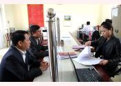 Cán bộ Bộ phận một cửa xã Đại Minh, huyện Yên Bình giải quyết công việc cho công dân.