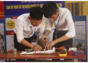 Với quyết tâm làm được điều gì đó cho người khuyết tật, 2 cậu học trò đã bắt tay vào việc sáng chế chiếc tay robot.