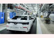 Lô xe VinFast hoàn thiện đầu tiên được đưa đi thử nghiệm bao gồm cả xe sedan Lux A2.0 và SUV Lux SA2.0.