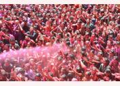 Người dân ném bột màu trong lễ hội Holi tại đền Kalupur Swaminarayan ở Ahmedabad, Ấn Độ, ngày 20/3.