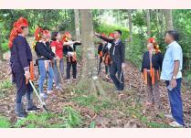 Trưởng thôn Triệu Văn Tài trao đổi với lãnh đạo xã và người dân thôn Khe Sán về phát triển cây quế.