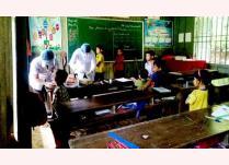 Cán bộ Trung tâm Kiểm soát bệnh tật tỉnh Nghệ An rà soát, lấy mẫu xét nghiệm bệnh bạch hầu tại xã Hữu Lập (huyện Kỳ Sơn).