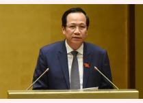 Bộ trưởng Bộ Lao động, Thương binh - Xã hội Đào Ngọc Dung trình bày báo cáo trước Quốc hội.