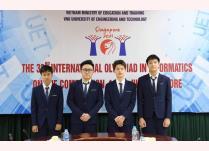 Lê Quang Huy (thứ hai từ phải) cùng đội tuyển Việt Nam dự thi Olympic tin học quốc tế 2021.