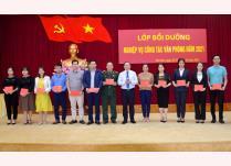 Ban Tổ chức lớp học trao Giấy chứng nhận cho các học viên hoàn thành lớp bồi dưỡng văn phòng cấp ủy năm 2021