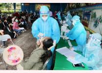 Nhân viên y tế lấy mẫu xét nghiệm sàng lọc cho người dân phường Gia Cẩm, thành phố Việt Trì.
