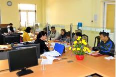 Người dân đến bộ phận một cửa Chi cục Thuế thành phố Yên Bái làm thủ tục về thuế.