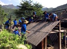 Đoàn viên thanh niên huyện Mù Cang Chải giúp nhân dân dựng nhà sau mưa lũ.