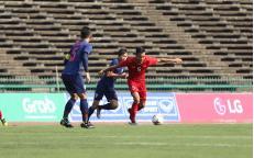 Một pha tranh bóng giữa 2 đội tuyển