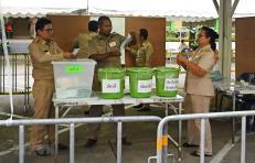 Nhân viên an ninh và nhân viên bầu cử Thái Lan kiểm kết quả bỏ phiếu tại một điểm bầu cử ở Narathiwat ngày 24/3/2019.