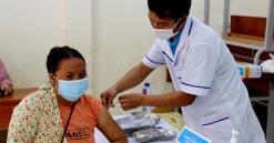 Người dân Trạm Tấu tiêm vắc xin phòng, chống Covid-19