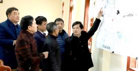 Yen Binh district's leaders discuss the planning map of the Thinh Hung industrial cluster.