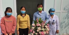 The 50-year old man (second from right) is declared cured and discharged from hospital.