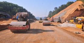 Các đơn vị thực hiện dự án đường nối quốc lộ 32 với đường cao tốc Nội Bài - Lào Cai đẩy nhanh tiến độ thi công.