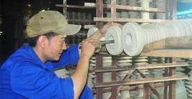 A worker at Hoang Lien Son Technical Ceramics JSC in Yen Bai.