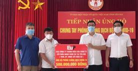Đại diện Công ty thành viên của Công ty cổ phần Nhựa châu Âu tại Yên Bái (YBM, EP, Nhựa gỗ Châu Âu) ủng hộ 500 triệu đồng vào quỹ vac xin.