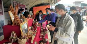 Representatives of businesses in and outside the province visit a booth introducing products of the Vietnam aniseed and cinnamon cooperative.