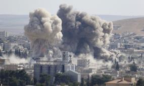 Khói bốc lên sau cuộc không kích do Mỹ dẫn đầu tại Syria năm 2014