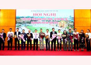 Đồng chí Đỗ Đức Minh - Bí thư Thành ủy Yên Bái tặng hoa chúc mừng 16 nhà đầu tư tham gia đăng ký đầu tư vào địa bàn.