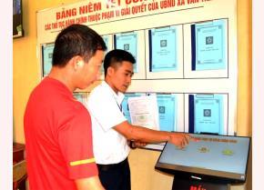 Công chức tư pháp xã Văn Tiến hướng dẫn người dân đăng ký  thủ tục tại Bộ phận Phục vụ hành chính công của xã.