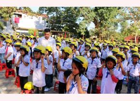 Học sinh Trường Tiểu học Xuân Ái, huyện Văn Yên nhận mũ bảo hiểm từ Chương trình
